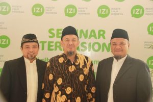 Penulis (kanan) bersama Ustaz Taufik Hulaimi (tengah)